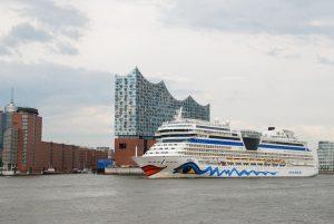 Die AIDAsol vor der Elbphilharmonie in Hamburg. Foto: Norman Bergeest