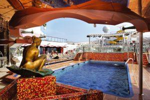 Einer der tollen Swimmingpools auf dem Sonnendeck. Foto: Costa Crociere