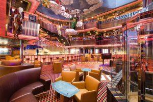 Das Atrium ist der Mittelpunkt an Bord, hier trifft man sich. Foto: Costa Crociere