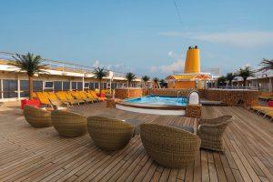 Der einladende Pool auf dem Außendeck. Foto: Costa Crociere