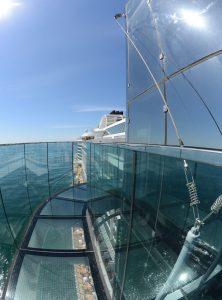 Nichts für Menschen mit Höhenangst. Der Skywalk auf der AIDAprima. Foto: lenthe/touristik-foto.de