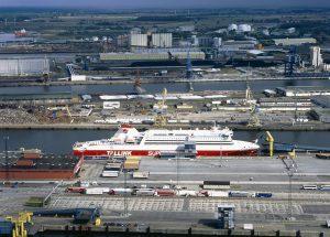 Rostock Seehafen, hier legen neben den regälmäßig verkehrenden Fähren auch Kreuzfahrtschiffe an. Foto: Thomas Haentzschel/ nordlicht