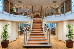 Der große Lobby-Bereich auf dem Schiff. Foto: Nicko-Cruises