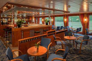 Der Panorama-Salon bietet während der Fahrt tolle Aussicht. Foto: Nicko-Cruises