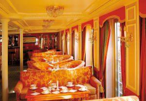 Der Panorama-Salon bietet beste Aussichten. Foto: Nicko Cruises