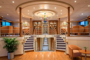 Die Lobby empfängt euch und zeigt euch schon bei der Ankunft den Luxus an Bord. Foto: Nicko-Cruises